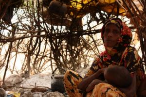 Klimaatvluchteling Halima Bare is met haar kinderen gevlucht voor de droogte. Foto: Oxfam East Africa, Flickr