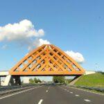 Houten viaduct boven A7 bij Sneek. Foto: wikimedia commons