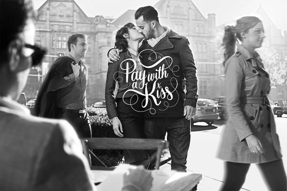 Humor: café in Sydney laat mensen koffie betalen met een kus