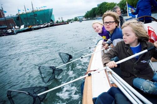 900 Amsterdammers vissen grote hoeveelheden plastic afval uit Amsterdamse grachten