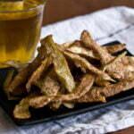 Chips maken van aardappelschillen