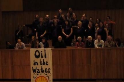 Guerilla koor overvalt Shell concert