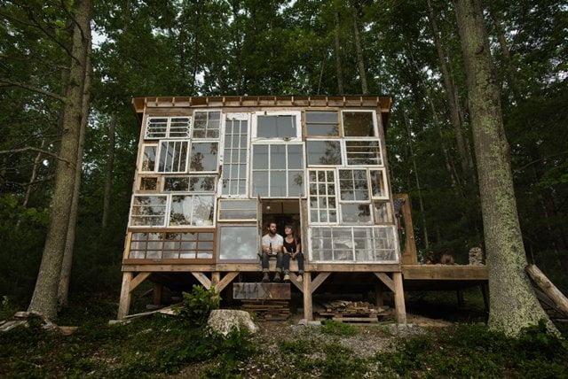 Kunstenaarskoppel bouwt huis van tweedehands ramen voor $500