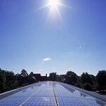 Zonnepanelen in de zon. Foto: Living of grid, Flickr.