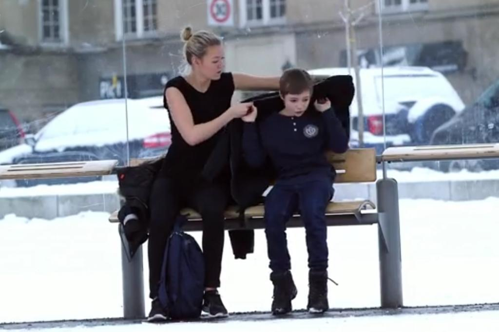 Jongen in de kou krijgt hulp. Foto: still uit youtube video