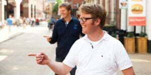 Hoofdredacteur Marten van der Meulen (wit) en uitgever Matthijs Sienot (blauw).