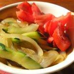 Gesauteerde tomaat, komkommer, ui. Sauteren is kort roerbakken op hoog vuur met weinig olie. Bron: Laurel F, Flickr