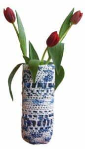 Haak-in, Delfts blauwe vaas van plastic tasjes. Foto: Corrie van Huisstede
