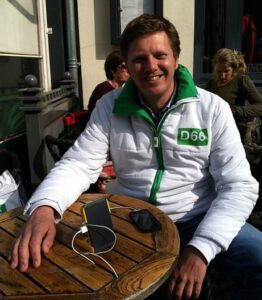 Matthijs Sienot in D66 tenue, met waka waka zonnelader. Foto: Matthijs Sienot