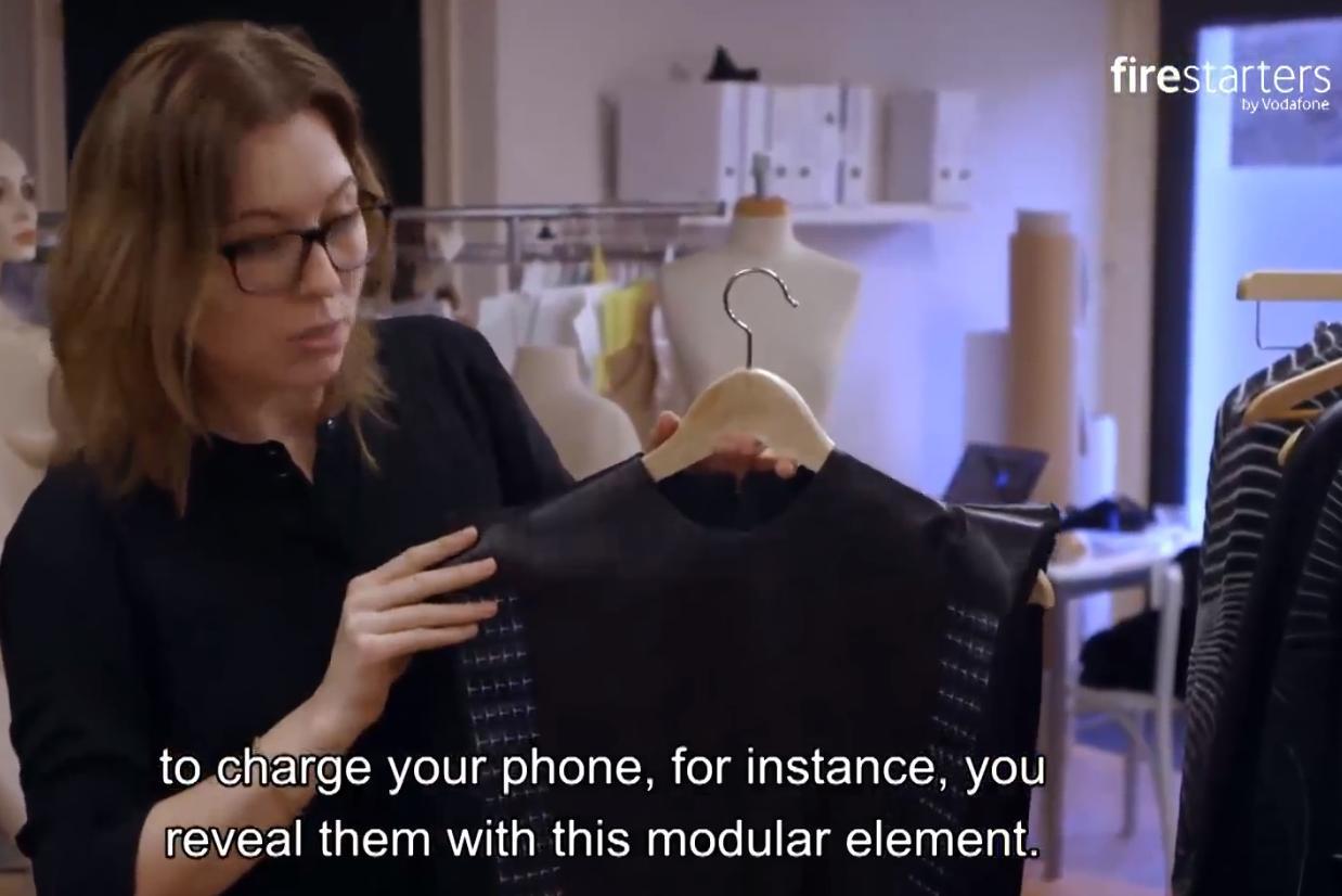 Nederlandse ontwerpster trekt aandacht met zonnecel-jurk
