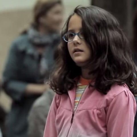 Kijktip: meisje gooit muntje in hoed muzikant en krijgt verrassing van haar leven
