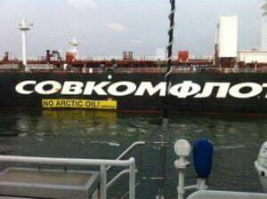 De olietanker met de eerste Noordpoololie. Foto: Greenpeace, via facebook