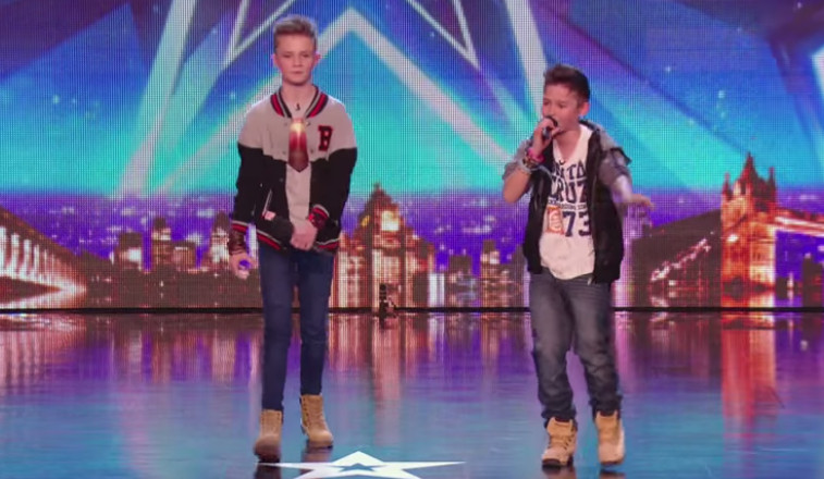"Tienerduo krijgt ""Britain's Got Talent"" publiek plat met rap over pesten"