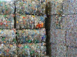 Recycling in San Francisco: grote balen met plastic en blikjes. Foto: Walter Parenteau, Flickr