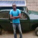 De auto heeft een groot zonnepaneel op de bovenkant en windturbine aan de onderkant. Foto: Inhabitat