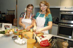 No Waste Daisy Scholte en Jill Overmaat testen en van hun anti-verspillingsrecepten. Foto: Menno Bausch