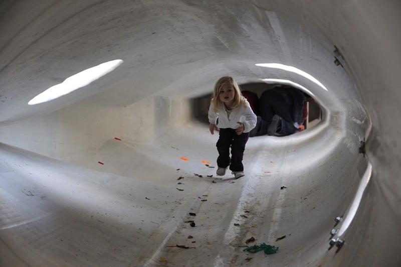 Rotterdamse kinderen spelen in speeltuin van afgekeurde molenwieken
