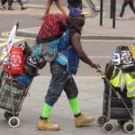Dakloze man met veel spullen. Foto: David Holt, Flickr
