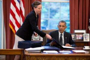 Obama ondertekent een wet. Foto: White House, Flickr