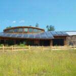 In het landschap verwerkte huizen vormen een onlosmakelijk onderdeel van ecologische landbouw.