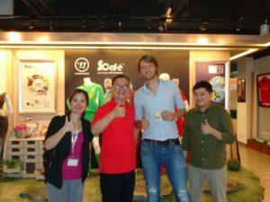 Op  de foto met Singtex-eigenaar Jason Chen en zijn marketingteam. Let op de koffievoetbalshirts op de achtergrond. Foto: Alexander Prinsen