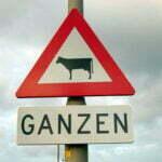 Grappige verkeersborden sieren Nederland. Foto: wijkopenautos.nl