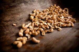 De cashew noten liggen klaar om verwerkt te worden tot pasta. Foto: Maarten Weij