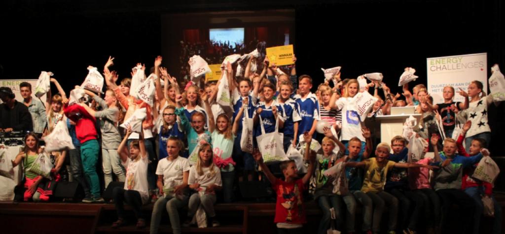 Winnaars van de Energy Challenges Fryslân poseren trots na een spannend campagneseizoen