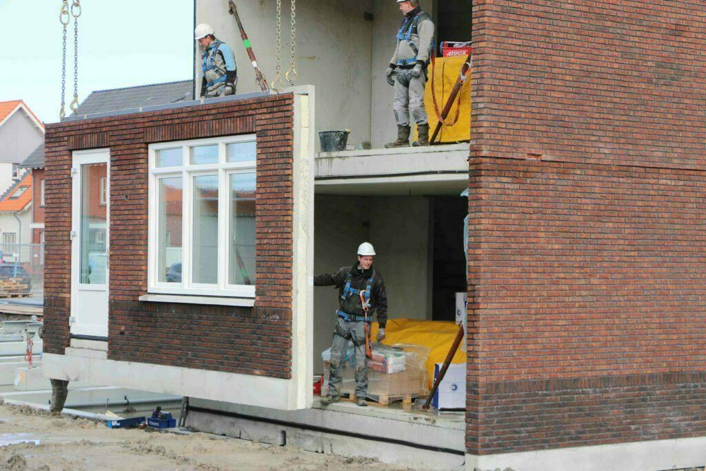 De voorgevel van de Nul-op-de-meter woning wordt geplaatst. Foto: BDP en Volker Wessels Vastgoed