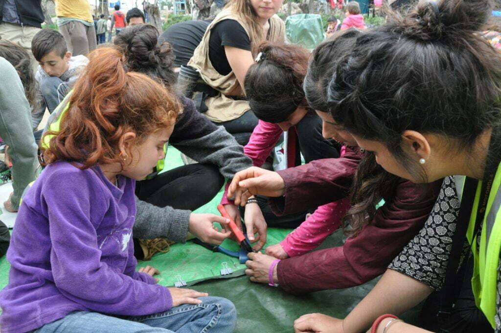 Jonge makers geven workshops aan vluchtelingen