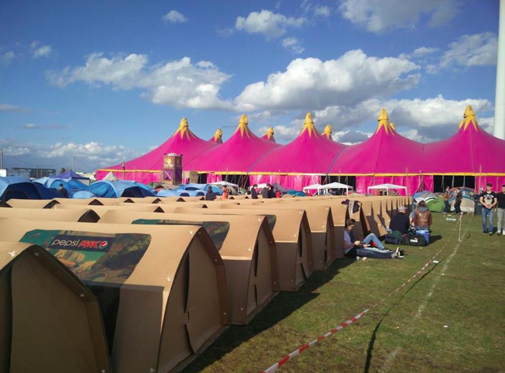 KarTent, festivalkamperen in karton