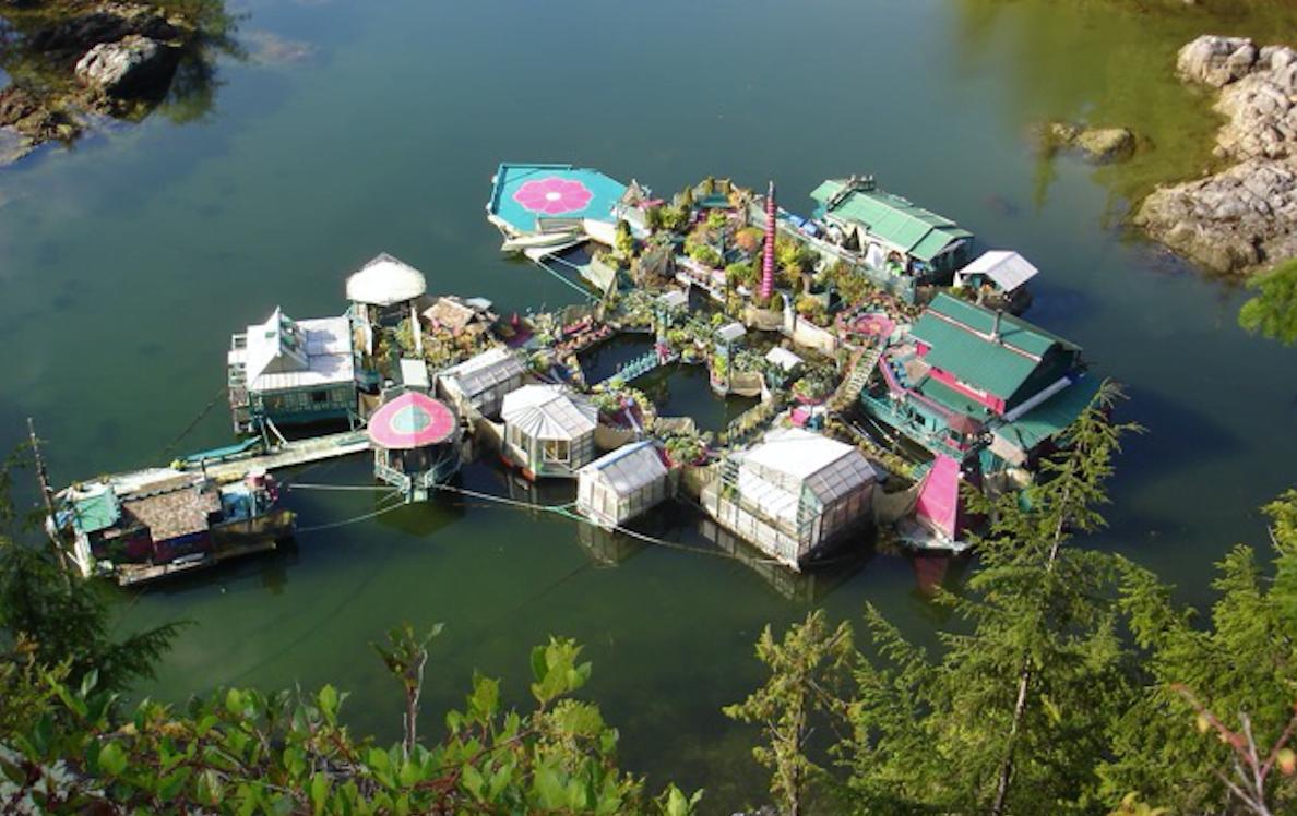 Freedom Cove: dit stel woont op een zelf gebouwd drijvend eiland