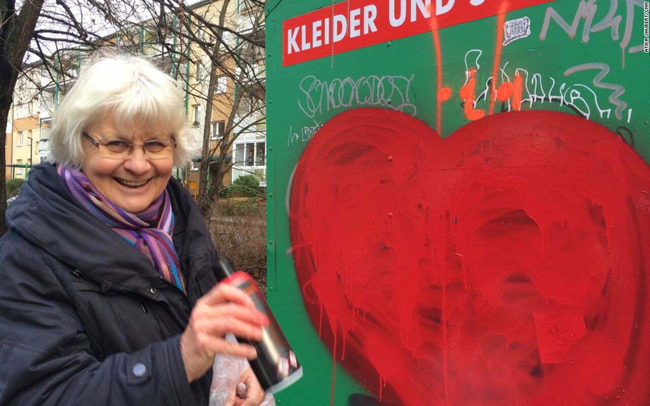 Berlijnse vrouw bedekt haat-graffiti met hartjes