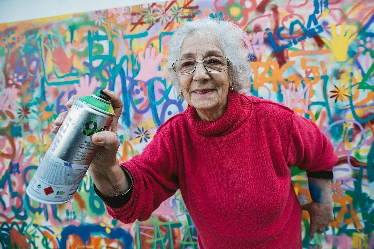 Graffiti spuitende oma's frissen buurt op