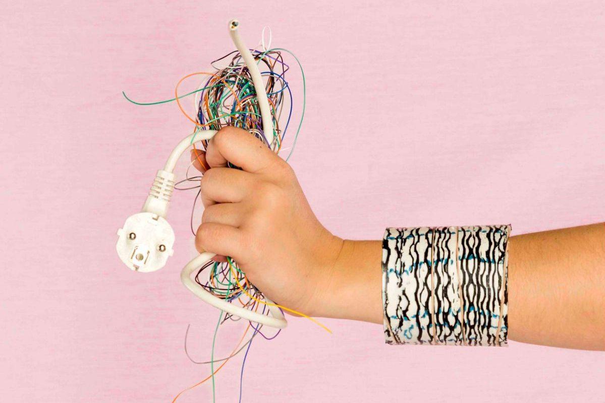 Deze ontwerper maakt sieraden van je oude kabels