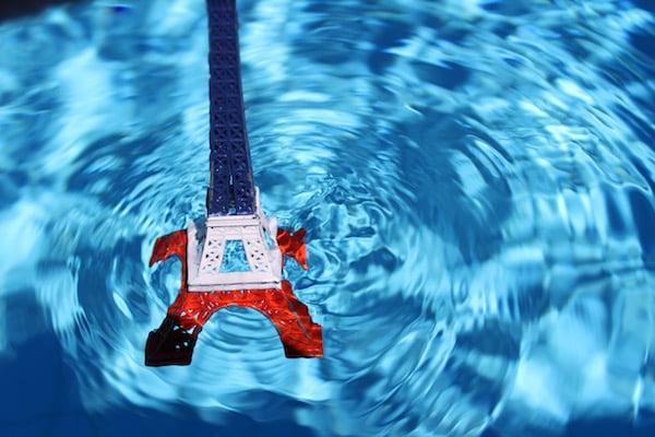 De eiffeltoren in Parijs valt in het water, doordat de Amerikaanse president Donald Trump het klimaatakkoord opzegt.