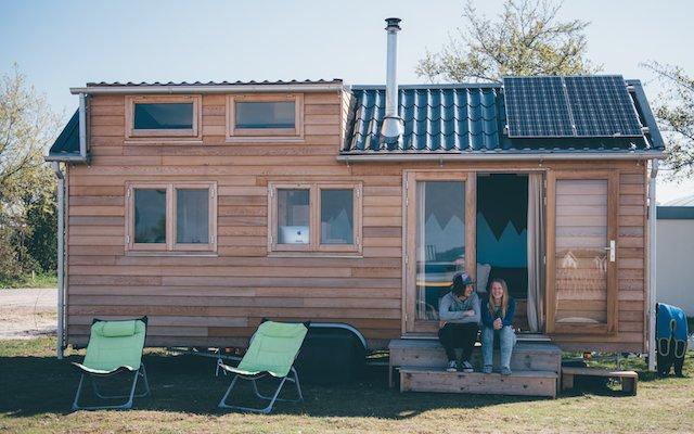 Dit stel woont samen in een tiny house