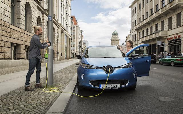 Straatlantaarns laden elektrische auto's op