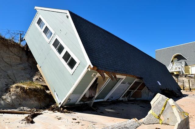 Omgevallen huis door orkaan door klimaatverandering