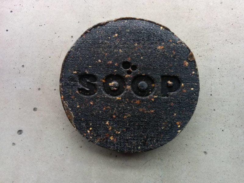 Deze zeep is gemaakt van koffiedik en de schil van een sinaasappel