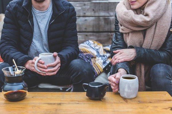 Vrienden drinken koffie in adult-dorm