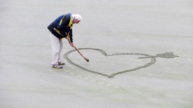 man op strand met dementie