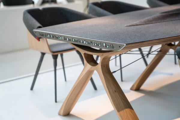 Deze designstoel is gemaakt van plastic afval uit de gracht