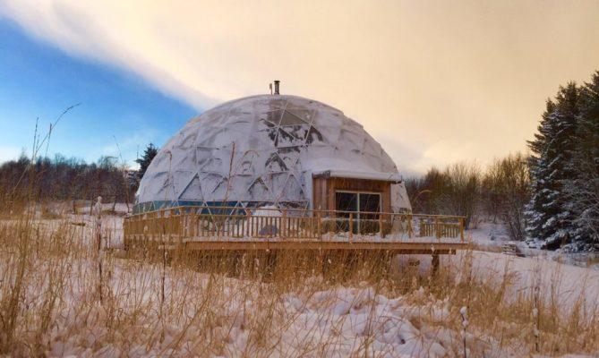 Deze familie woont in een zelfgebouwde, duurzame iglo in de poolcirkel