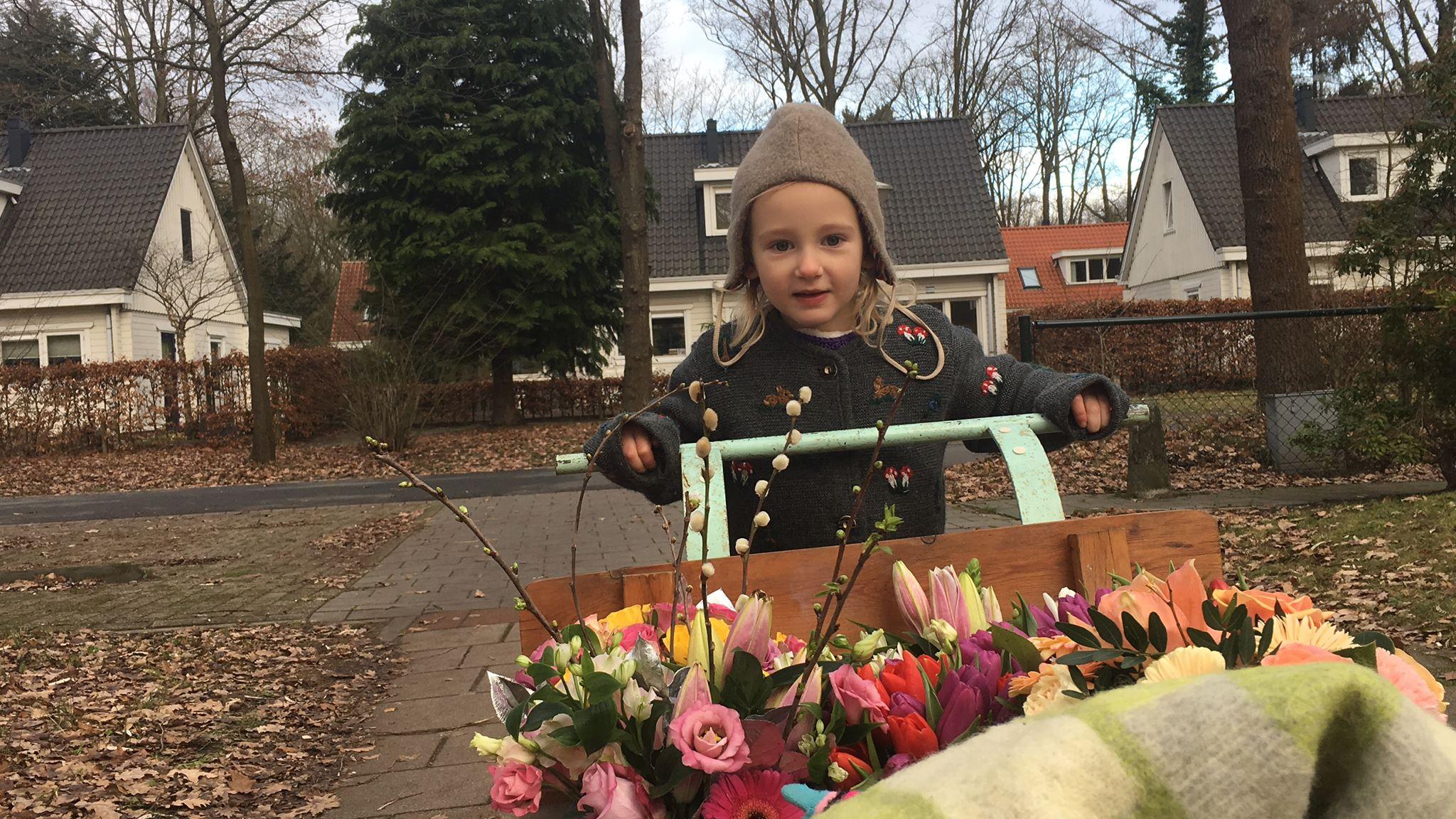 De vier-jarige 'bloemenmeisje' Isis redt bloemen die anders door de supermarkt weggegooid zouden worden en brengt ze bij eenzame ouderen langs.