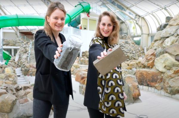 Deze meiden maken waterdoorlatende tegels van bagger
