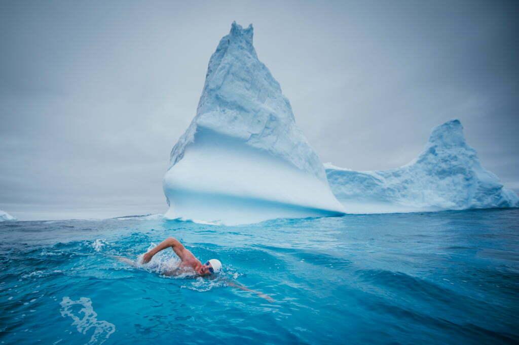 Lewis Pugh zwemt door het poolijs