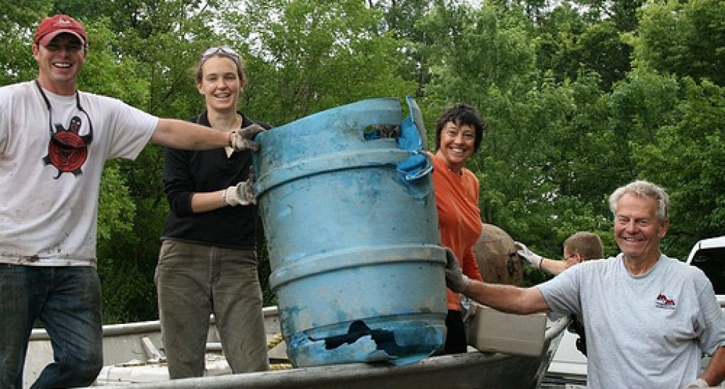 Chad (links) en andere vrijwilligers van Living Lands and Waters tijdens het schoonmaken van de Mississippi. Foto: Stefanski/USFWS