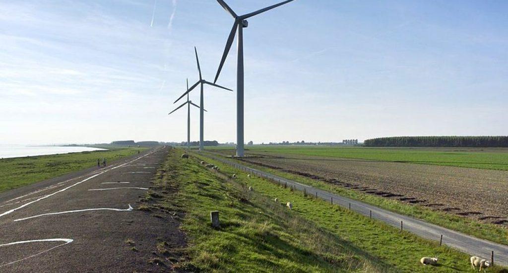 `Windmolens aan het Grevelingenmaar bij Herkingen. Foto: wikimedia commons
