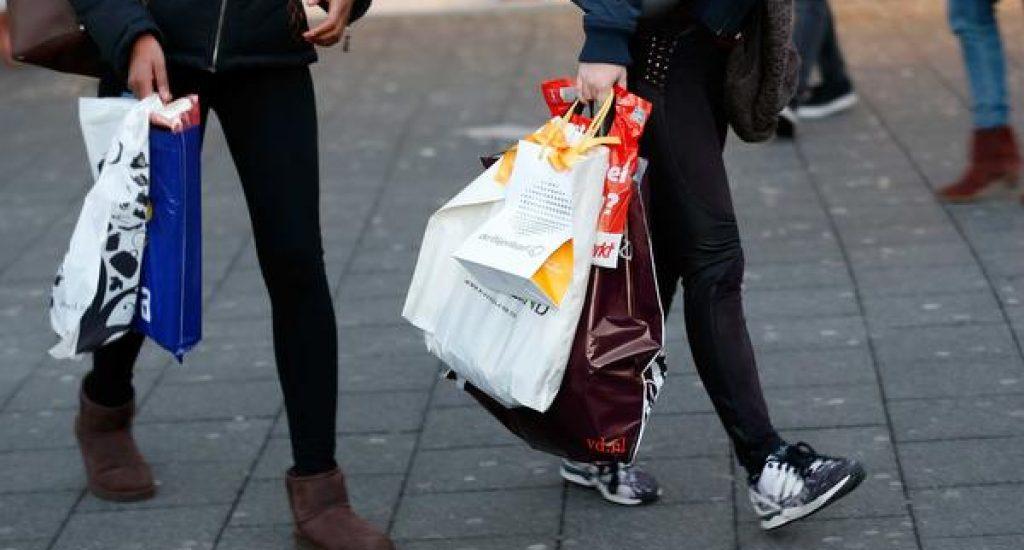 2014-12-24 17:51:55 ROTTERDAM (ARCHIEFFOTO) - Het verbod op gratis plastic tasjes in bijvoorbeeld winkels zal in het begin terughoudend worden gehandhaafd. Het verbod gaat wel gewoon in op 1 januari. Het verbod op het gratis verstrekken van de wegwerptassen moet het zwerfafval terugdringen en het milieu sparen. De PvdA is blij, coalitiepartner VVD niet. ANP BAS CZERWINSKI 2014 bezoeker boodschappen boodschappentas boodschappentassen consumenten consumentenvertrouwen consumeren consumptie decembermaand detailhandel economie feestdagen feestmaand halen handel holland KERST2014 kerstboodschappen kopen nederland plastic sfeer sfeerbeeld shoppen straatbeeld supermarkt tas tasjes tassen uitgeven winkelen ORG XMIT: 30397594